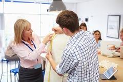 Lehrer Helping College Students, das Mode und Design studiert lizenzfreies stockbild