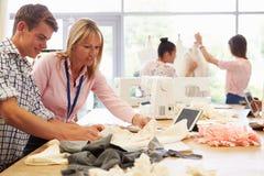 Lehrer Helping College Students, das Mode und Design studiert stockbilder