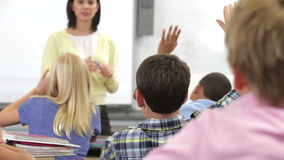 Lehrer-Helping Pupils In-Klasse stock video