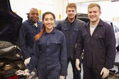 Lehrer Helping Students Training, zum Auto-Mechaniker zu sein stockfotografie