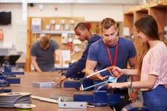 Lehrer Helping Students Training, zum Elektriker zu sein Stockbild
