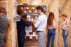Lehrer Helping Students Training, zum Elektriker zu sein Lizenzfreies Stockbild