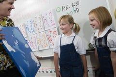 Lehrer Holding Painting lizenzfreies stockfoto