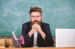 Lehrer konzentrierte den bärtigen reifen Schulleiter, der mit Aufmerksamkeit hört Lohnaufmerksamkeit zu den Details Lehrerhören lizenzfreies stockbild
