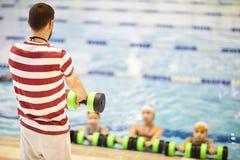 Lehrer leitet Klassen im aeroben Aqua lizenzfreies stockfoto