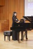 Lehrer linchen von Xiamen-Universität, die Klavier spielt Stockbild