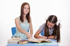Lehrer mit einbezogen in den Studenten Stockfoto