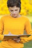 Lehrer mit Feder und Schreibenbuch Lizenzfreie Stockfotografie