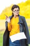 Lehrer mit Feder und Schreibenbuch Lizenzfreies Stockfoto
