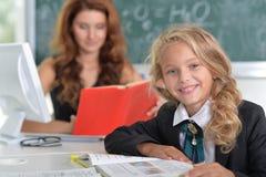 Lehrer mit Mädchen an der Lektion lizenzfreies stockfoto