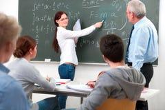 Lehrer mit School-Kursteilnehmern Stockfotografie