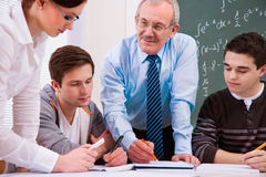 Lehrer mit School-Kursteilnehmern Stockfotos