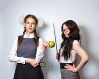 Lehrer mit Zeiger Schulmädchen mit Lupe und Apfel Lizenzfreies Stockfoto