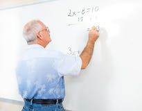 Lehrer-oder Erwachsen-Kursteilnehmer an der Tafel Stockfotografie