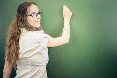 Lehrer oder Student schrieben auf Tafel mit Kreide am Klassenzimmer Lizenzfreie Stockfotos