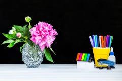 Lehrer- oder Studentenschreibtischtabelle Scheren und Bleistifte auf dem Hintergrund des Kraftpapiers Stockfotografie