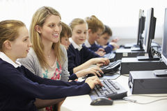 Lehrer-And Pupil In-Schulcomputer-Klasse Lizenzfreie Stockfotos