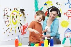 Lehrer-And Pupil In-Vorschule Art Class Stockbilder