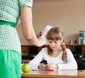 Lehrer rügt Schulmädchen stockbild