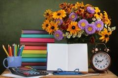 Lehrer ` s Tag, am 1. September Zurück zu Schule Blumenstrauß und Buch Stockbild