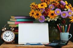 Lehrer ` s Tag, am 1. September Zurück zu Schule Blumenstrauß und Buch Lizenzfreie Stockfotografie