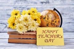 Lehrer ` s Tageskarte und -blumen Stockfotos