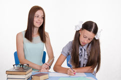 Lehrer schaut positiv auf dem Studentenmädchen Stockfotos
