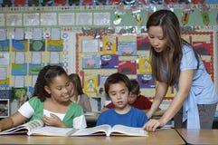 Lehrer-And Students In-Klassenzimmer Stockbilder