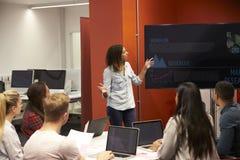Lehrer Talking To Students in der College-Klasse lizenzfreies stockbild