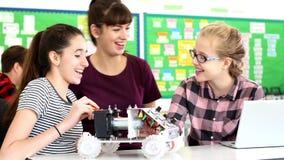 Lehrer Talks To Pupils, das Roboterauto in der Wissenschafts-Lektion errichtet stock video