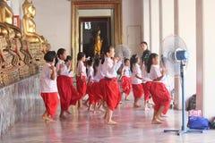 Lehrer teachs thailändischer Tanz zum Studenten Stockfotos
