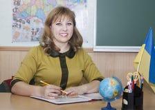 Lehrer am Tisch Lizenzfreies Stockfoto