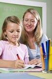 Lehrer und junger Kursteilnehmer im Kategorienschreiben Stockbild