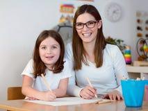 Lehrer und Kind, die Spaß und kreative Zeit zusammen haben Lizenzfreies Stockfoto