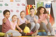 Lehrer und Kinder mit den Daumen oben Stockfoto