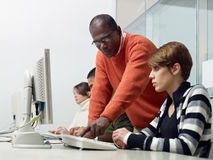 Lehrer und Kursteilnehmer in der Hochschule Lizenzfreie Stockfotos