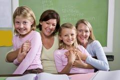 Lehrer und Kursteilnehmer im Klassenzimmer Stockbild