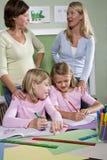 Lehrer und Kursteilnehmer im Klassenzimmer Lizenzfreies Stockbild