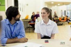 Lehrer und Student Chatting lizenzfreie stockbilder