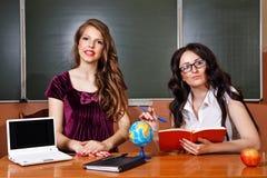 Lehrer und Student in den Geografielektionen Stockfotografie