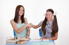 Lehrer und Student rütteln glücklich Hände mit einander Stockbild