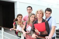 Lehrer und Studenten draußen Lizenzfreie Stockfotos