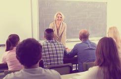 Lehrer vor Studenten Lizenzfreie Stockbilder