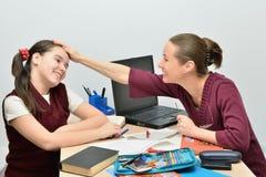 Lehrer, während das Hören seines Schülers gähnt stockbilder
