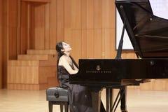 Lehrer zhouyubo von jimei Universität Klavier spielend Stockbilder