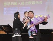 Lehrer Zhouziming von Xiamen-Universität singend und nehmen Blume an Stockbilder