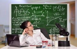 Lehrerfrau, die im Labor sitzt Lizenzfreies Stockbild