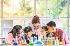 Lehrergebrauchslupe, zum durch zu schauen stockfotos