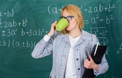 Lehrergetränktee oder Kaffee und Aufenthaltspositiv Entdeckungszeit sich zu entspannen und positiv zu bleiben Halten Sie positive stockfotos