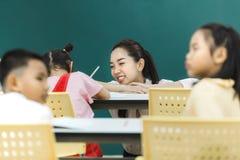 Lehrerlohnaufmerksamkeit an den Gruppenaktivitäten lizenzfreie stockfotografie